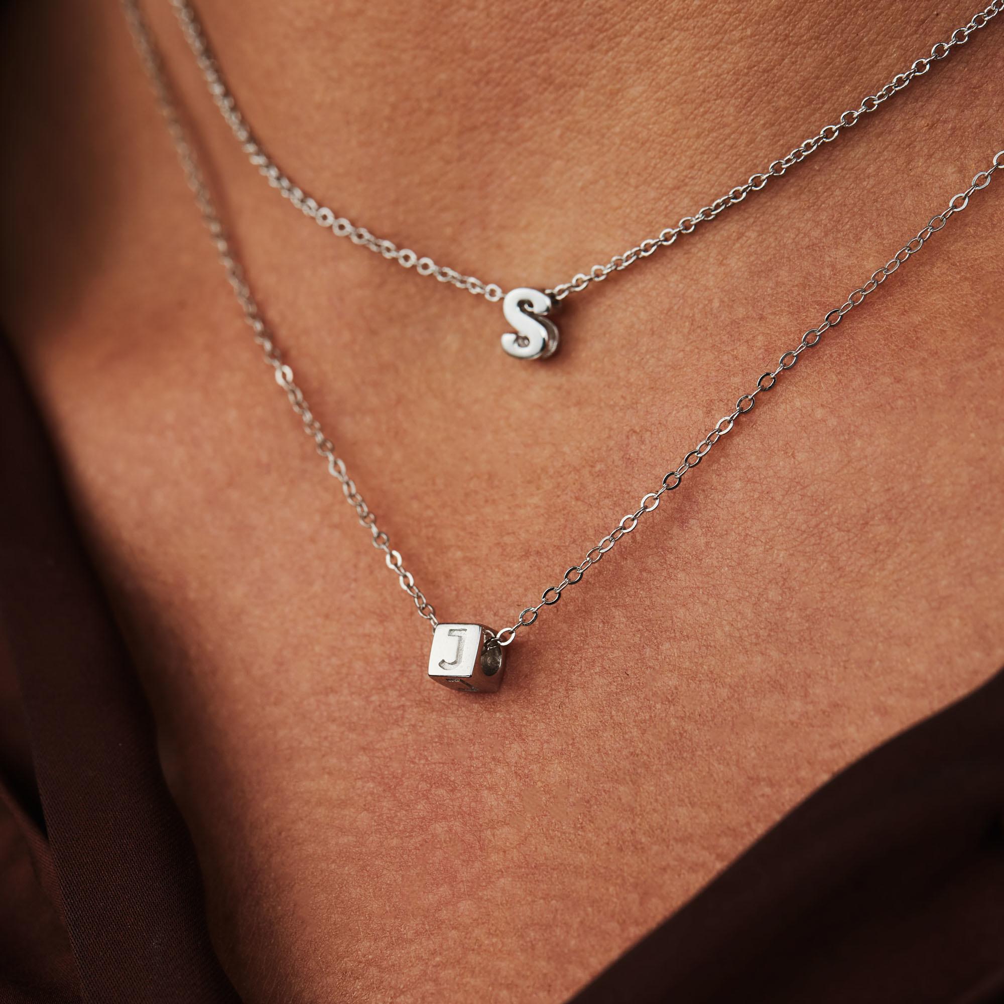 Selected Jewels Julie Chloé 925 sterling sølv indledende terning halskæde
