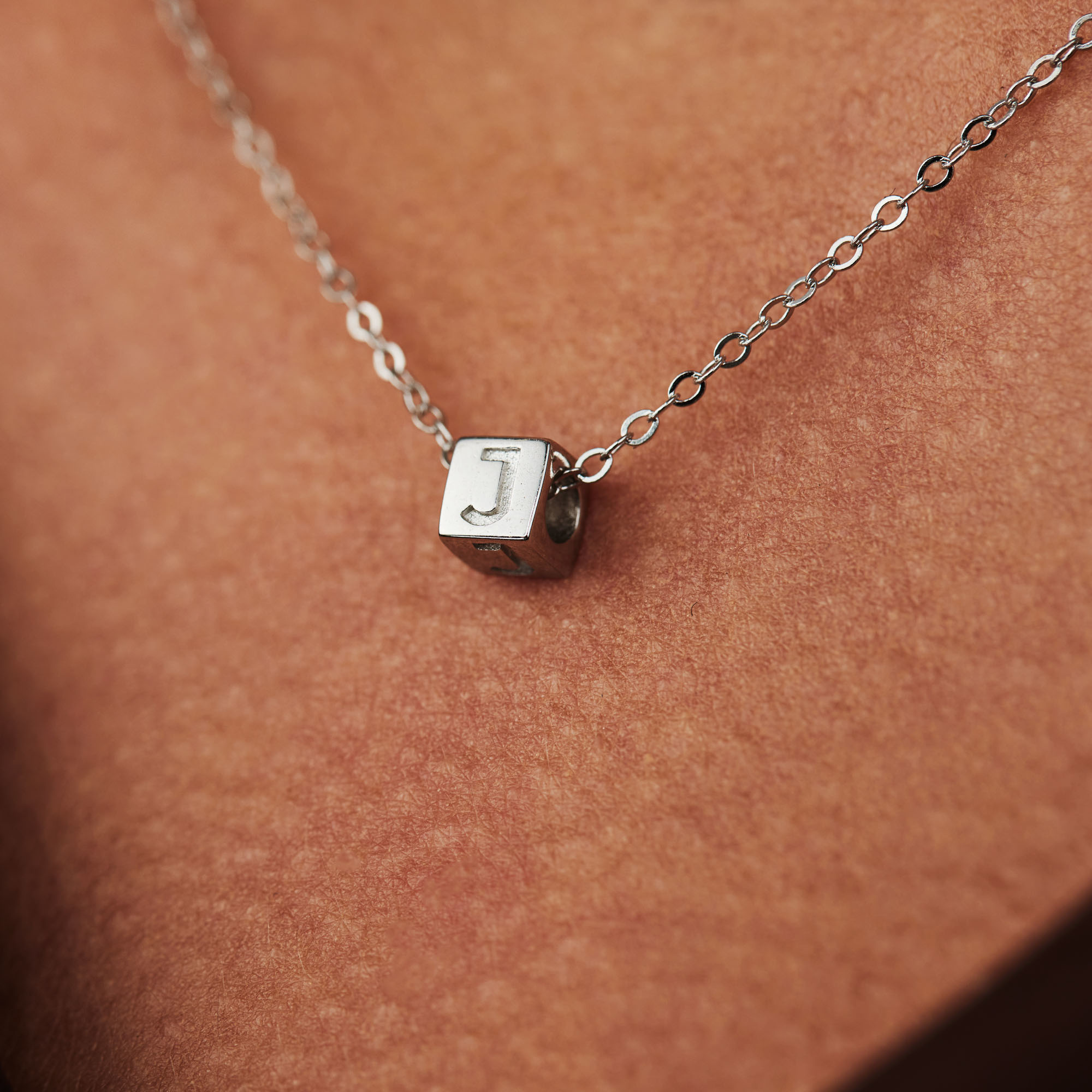Selected Jewels Julie Céleste kub initialt halsband i 925 sterling silver