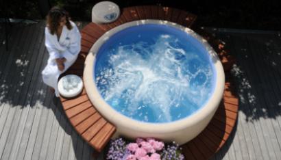 spa Softub avec entourage bois