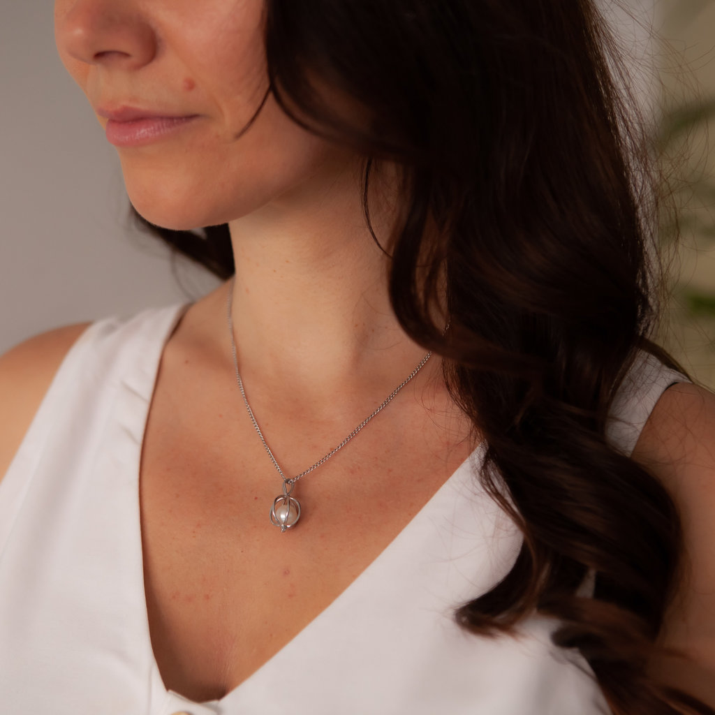 Oyster White Gold Pearl Necklace
