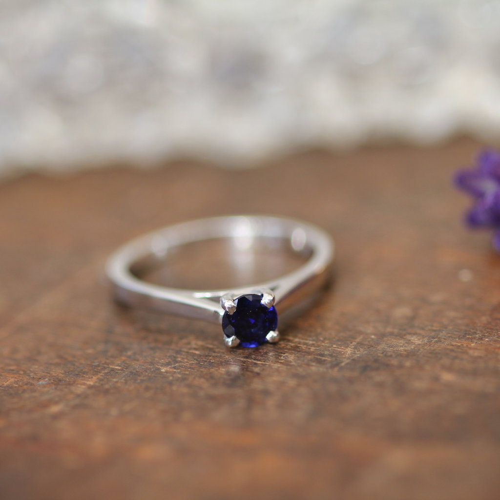 DAISY White Gold Blue Sapphire Ring