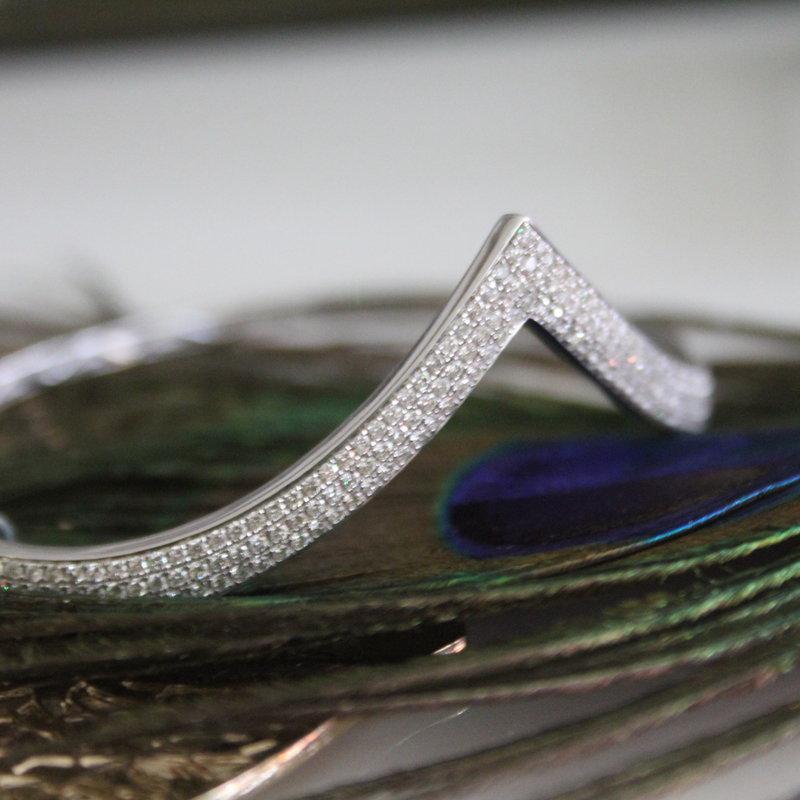 GATSBY White Gold Iris Diamond Bangle