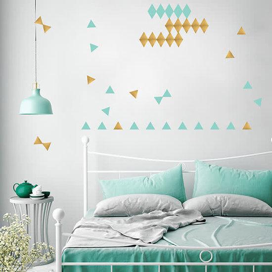 Pom Le Bonhomme Muurstickers driehoekjes goud en mint - Pöm Le Bonhomme - set 72 stickers