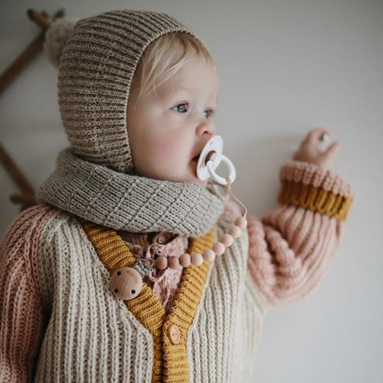 Mushie Mushie pacifier clip Cleo - mutted yellow and wood