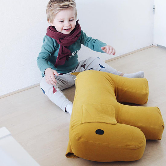 Nanami Nanami voedingskussen hond Olly yellow