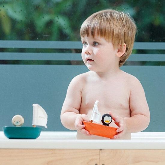 Plan Toys Plan Toys bath toy sailboat penguin +1yr