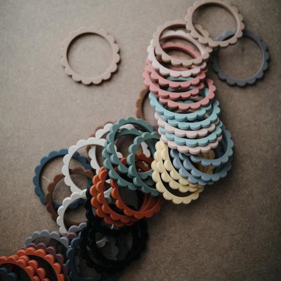 Mushie Mushie Flower bijtring armband Cambridge blue