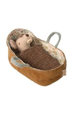 Maileg Knuffel Baby Mouse in carrycot