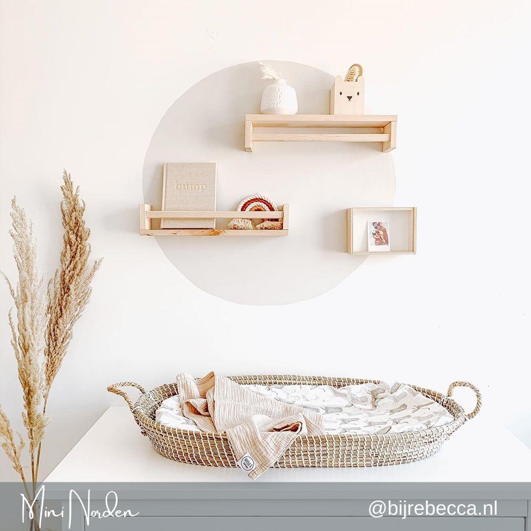 Een lichte babykamer met de Reva mand van bijrebecca