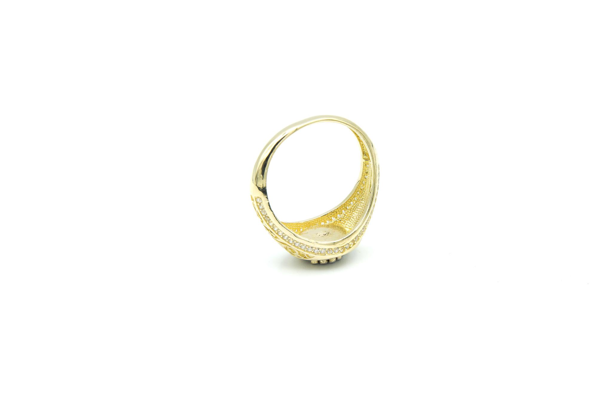 Ring kroontje op ronde zwarte achtergrond en zirkonia's op randen-6