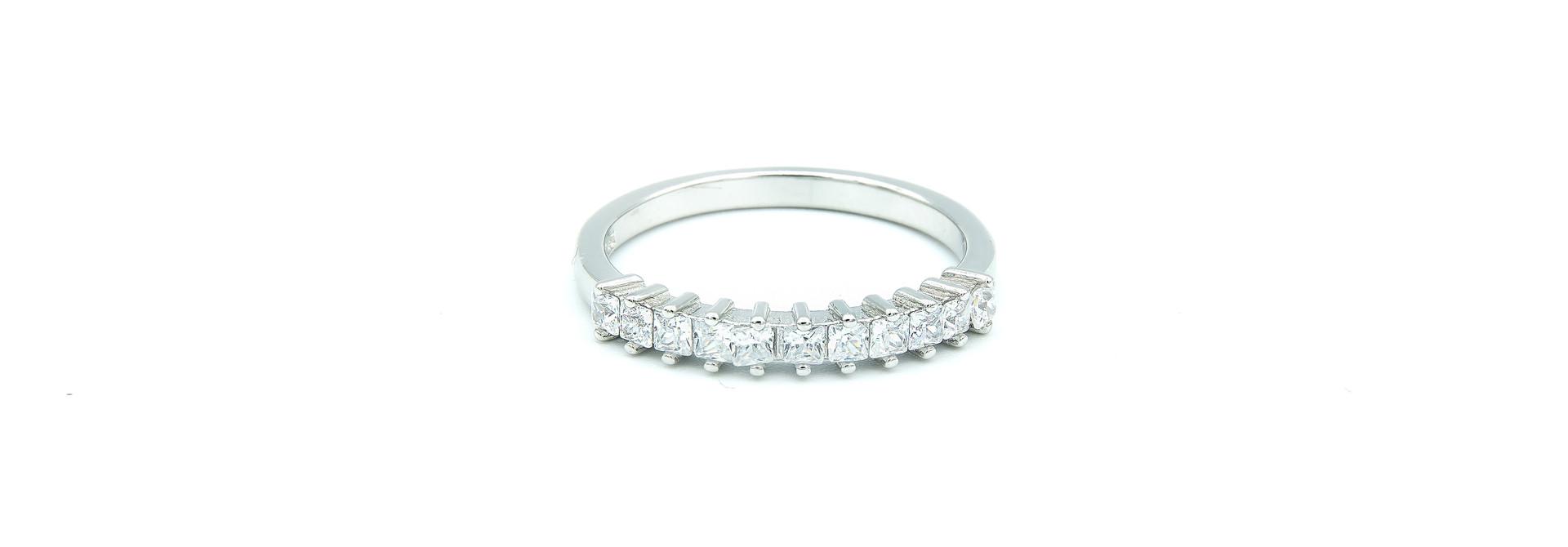 Ring met vierkante zirkonia's op een rijtje zilver