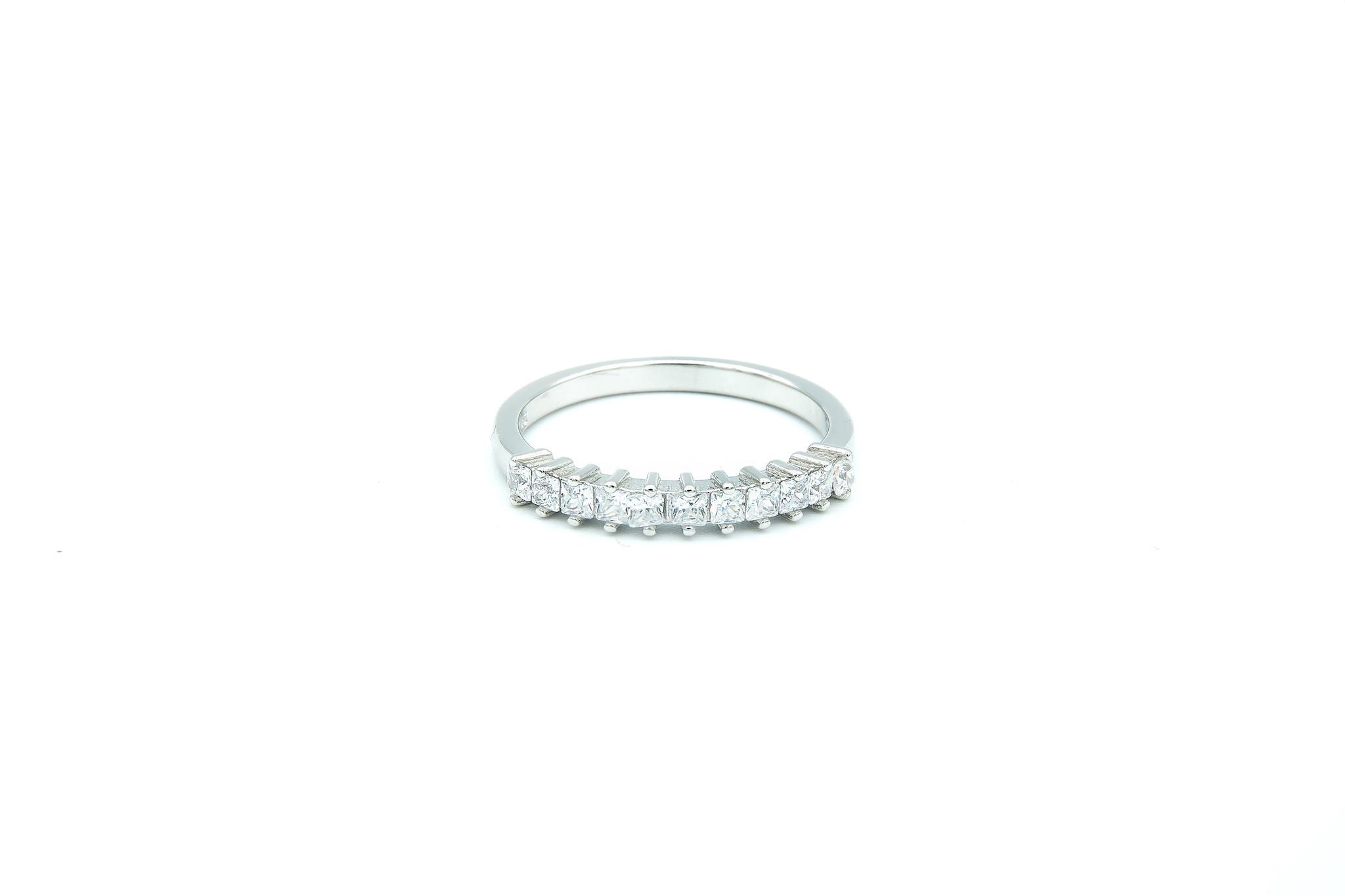Ring met vierkante zirkonia's op een rijtje zilver-1