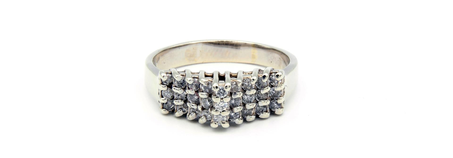Ring verlovingsring trappetje in punt ingezet met diamantjes witgoud