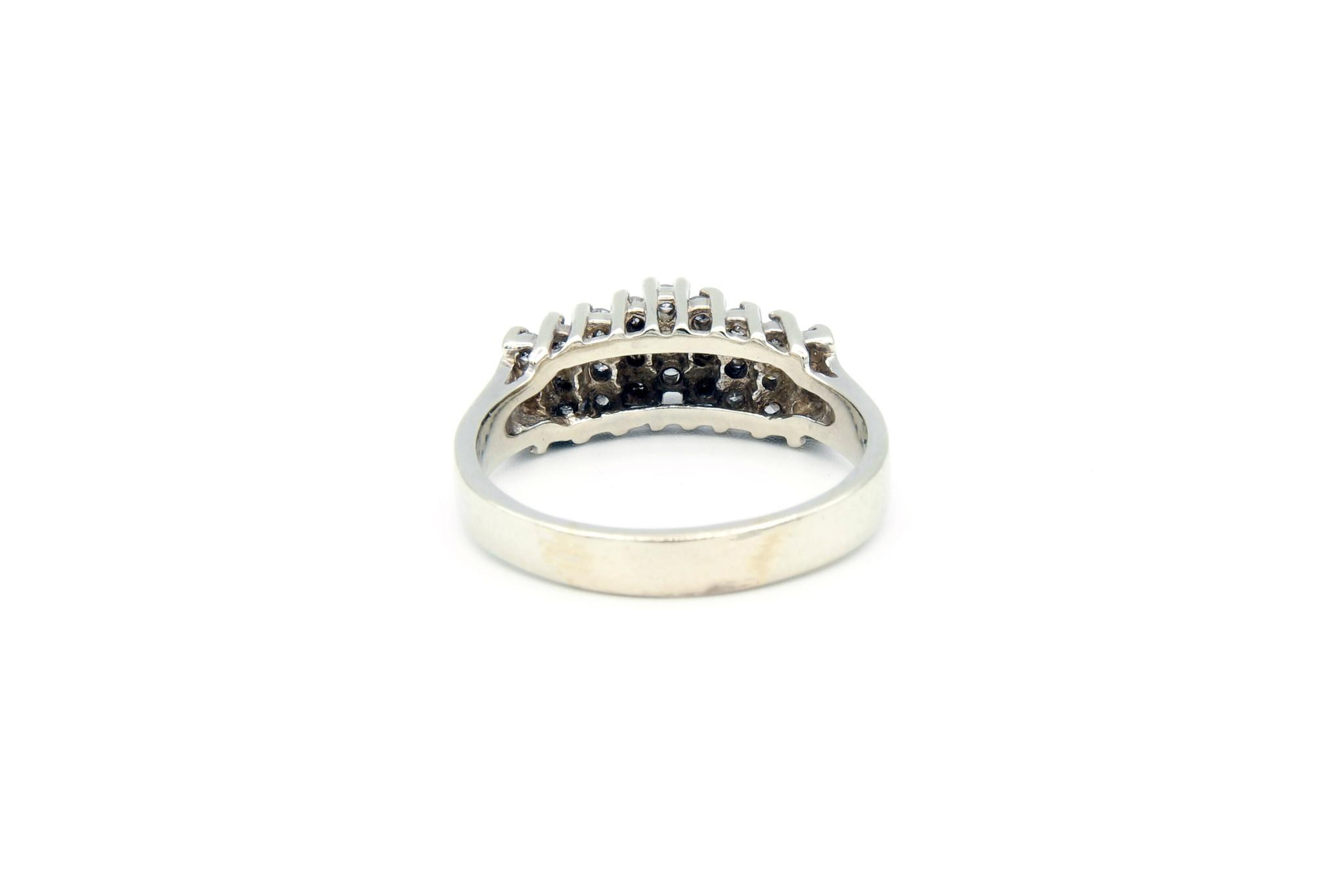 Ring verlovingsring trappetje in punt ingezet met diamantjes witgoud-5