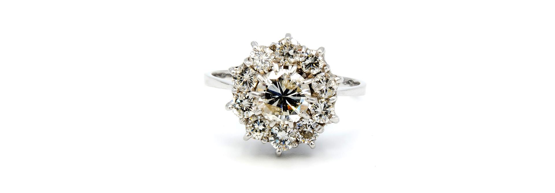 Ring verlovingsring grote synthetische diamant omringd door 10 lager ingezette diamanten witgoud