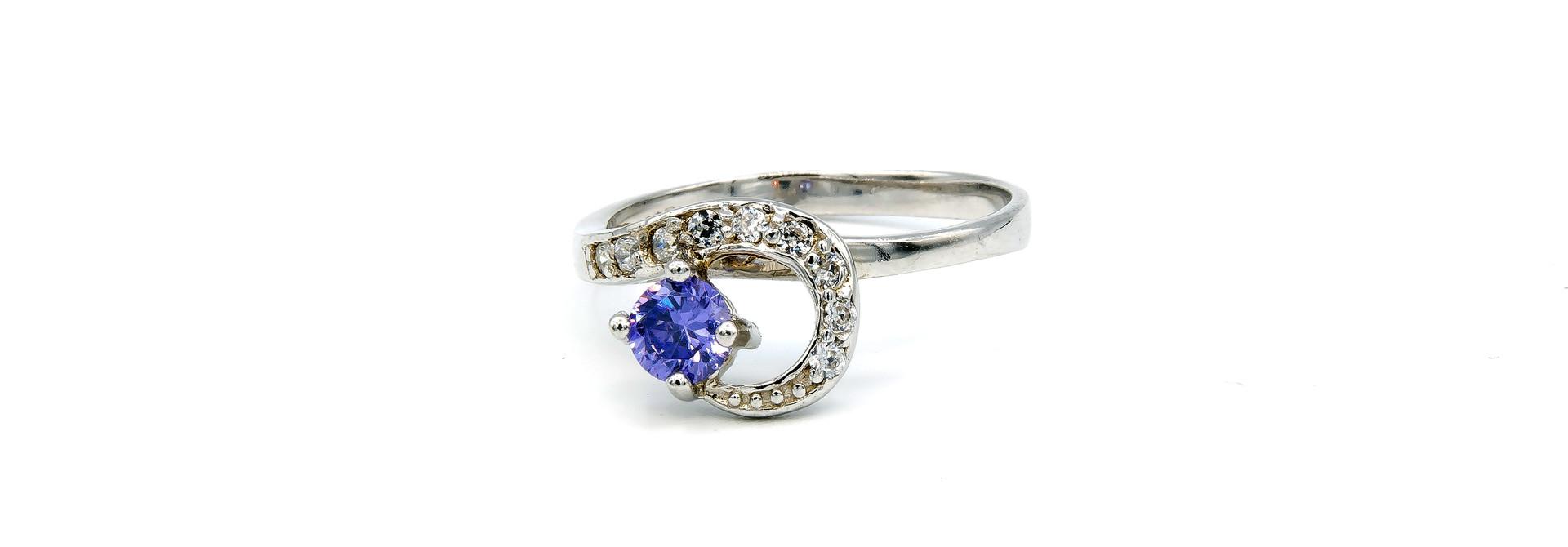 Ring verlovingsring lusje ingezet met zirkonia's en paarse steen zilver