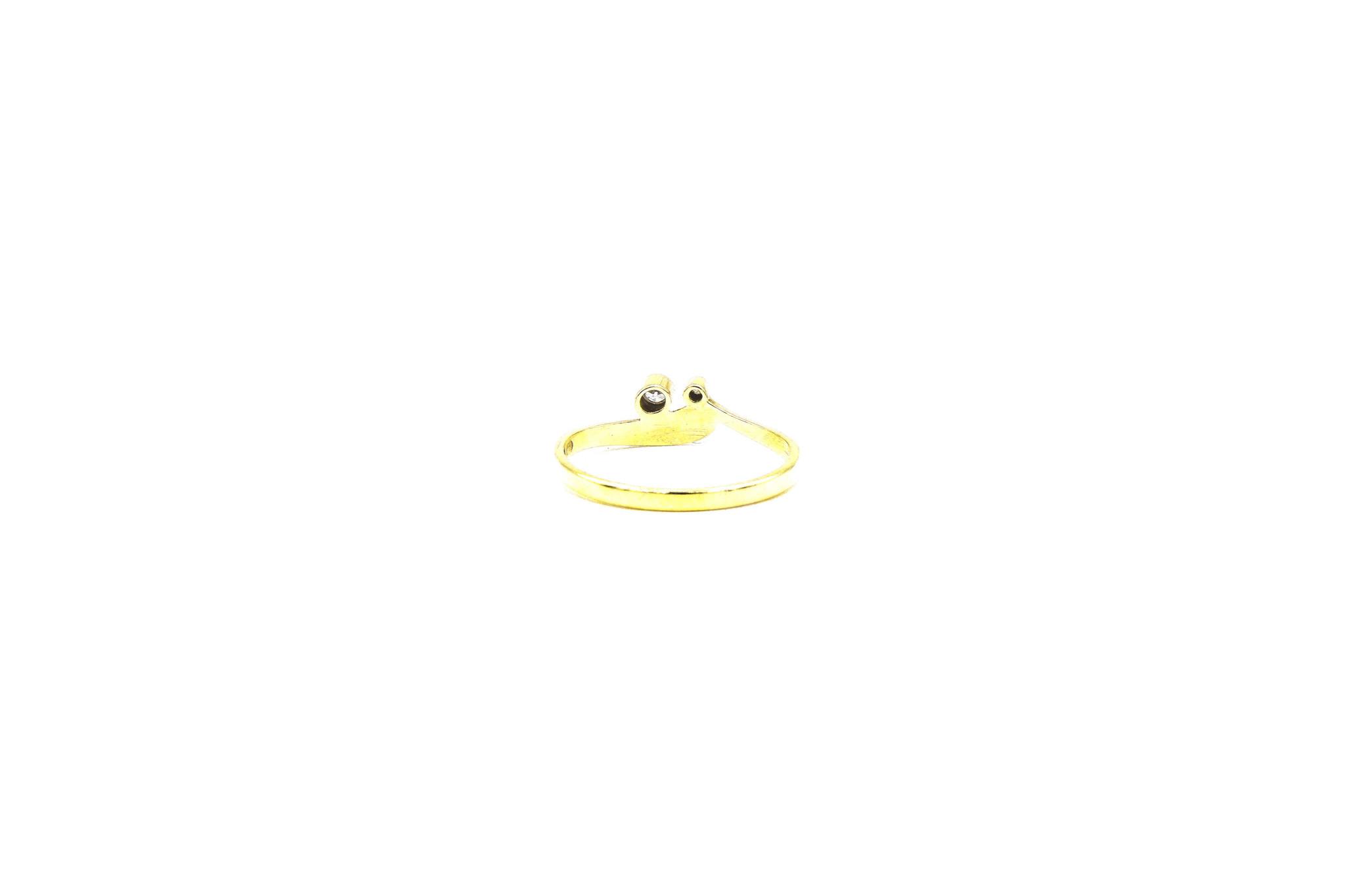Ring met puntje en twee zirkonia's-5