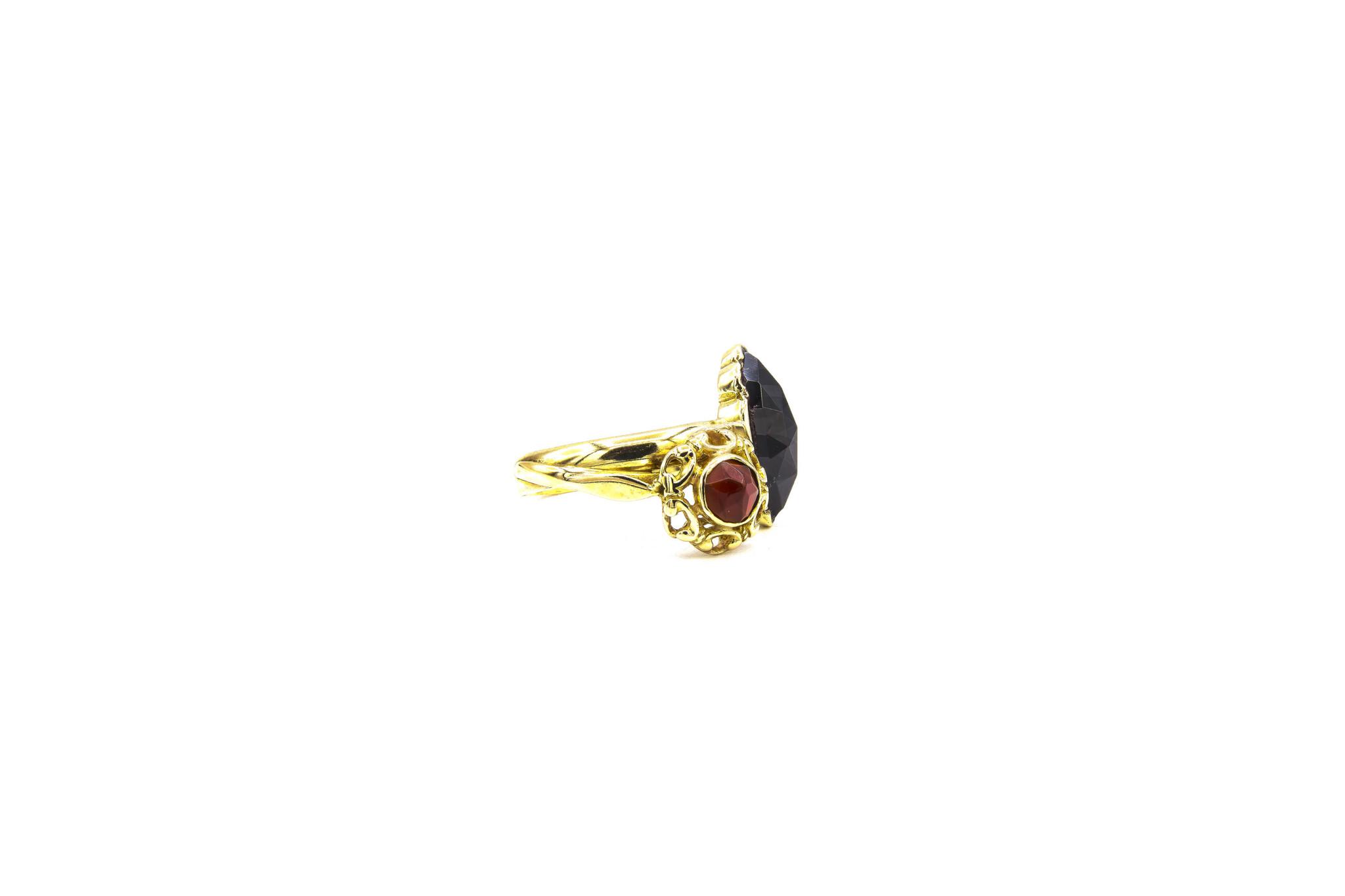 Ring samengesteld van 2 exemplaren met 2 donkerrode stenen-3