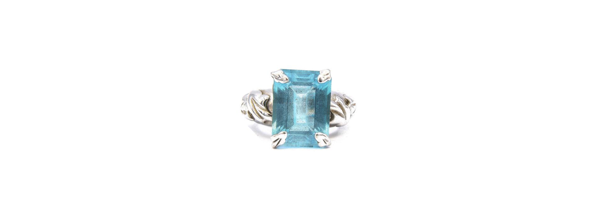 Ring met lichtblauwe steen witgoud