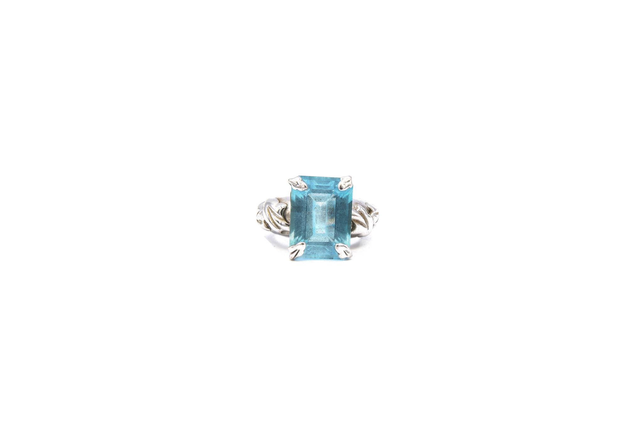 Ring met lichtblauwe steen witgoud-1