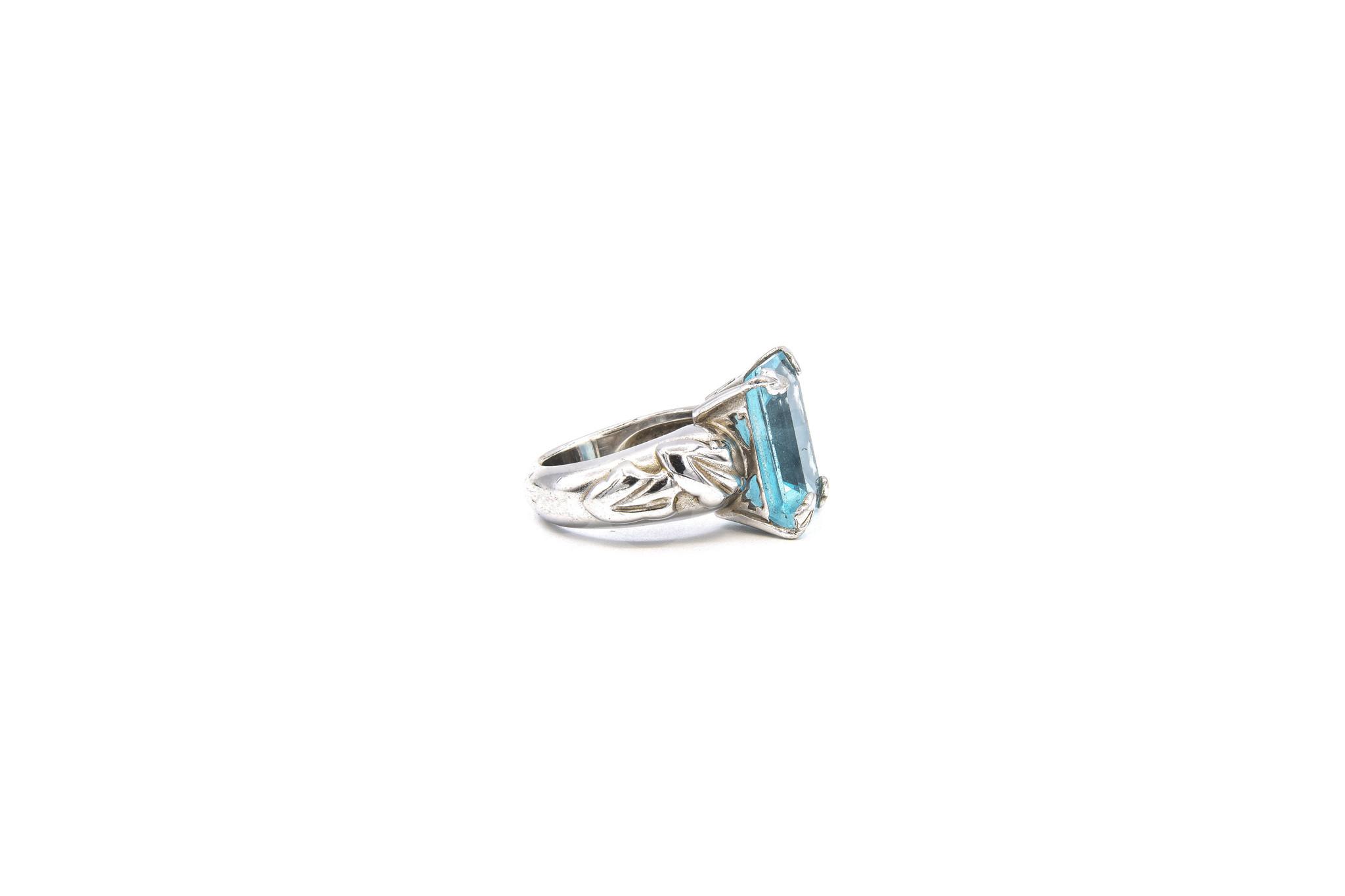 Ring met lichtblauwe steen witgoud-4