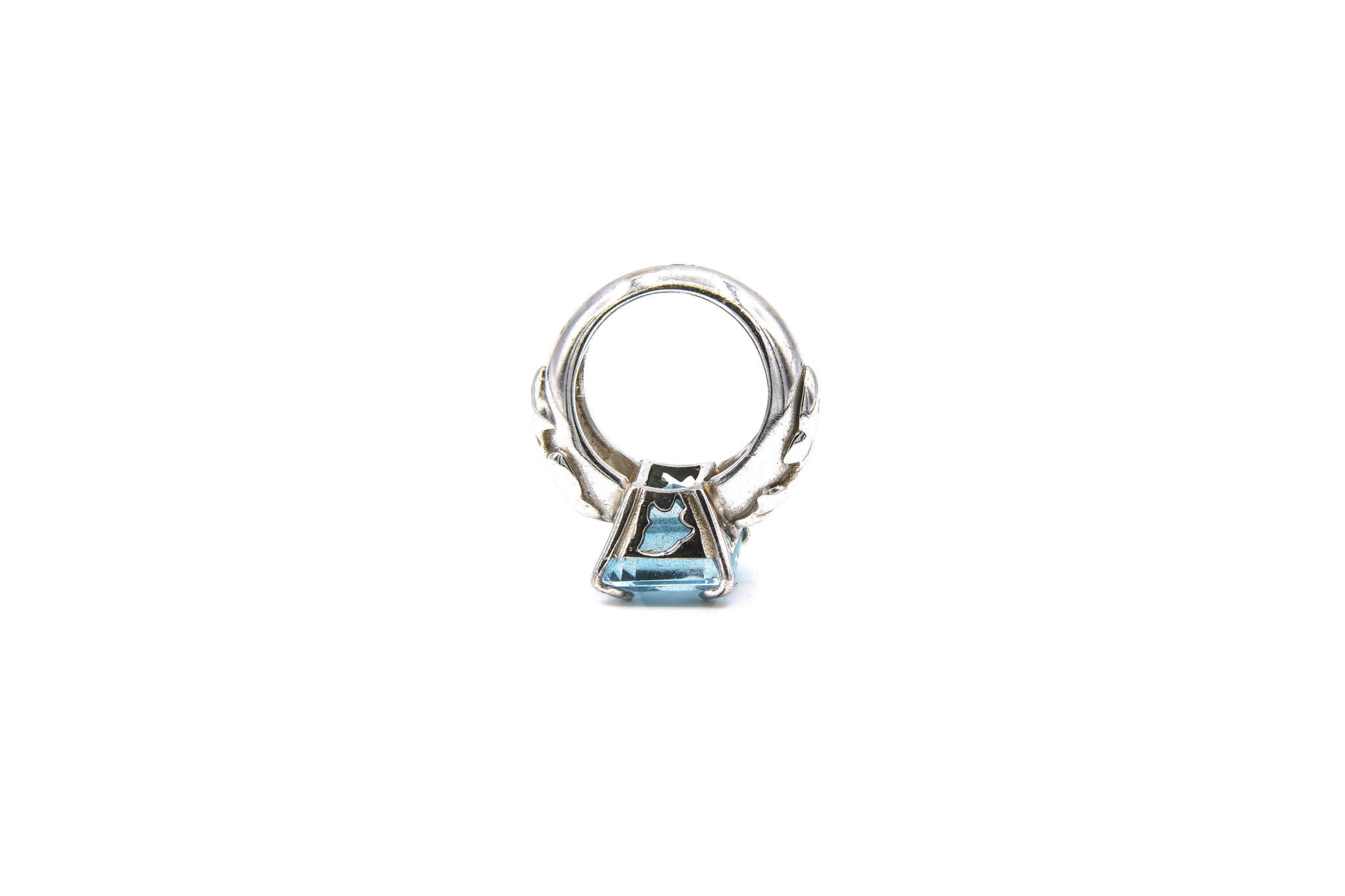 Ring met lichtblauwe steen witgoud-6