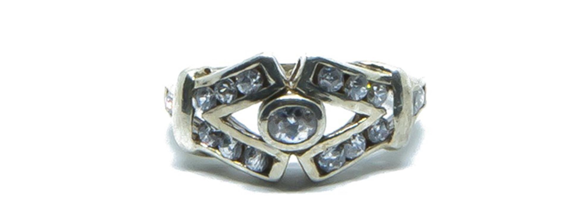 Ring V vorm met witte steentjes