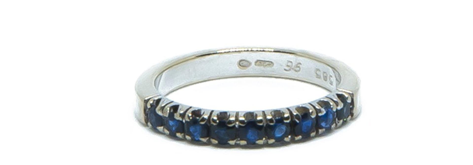 Ring witgoud met 9 donkerblauwe steentjes