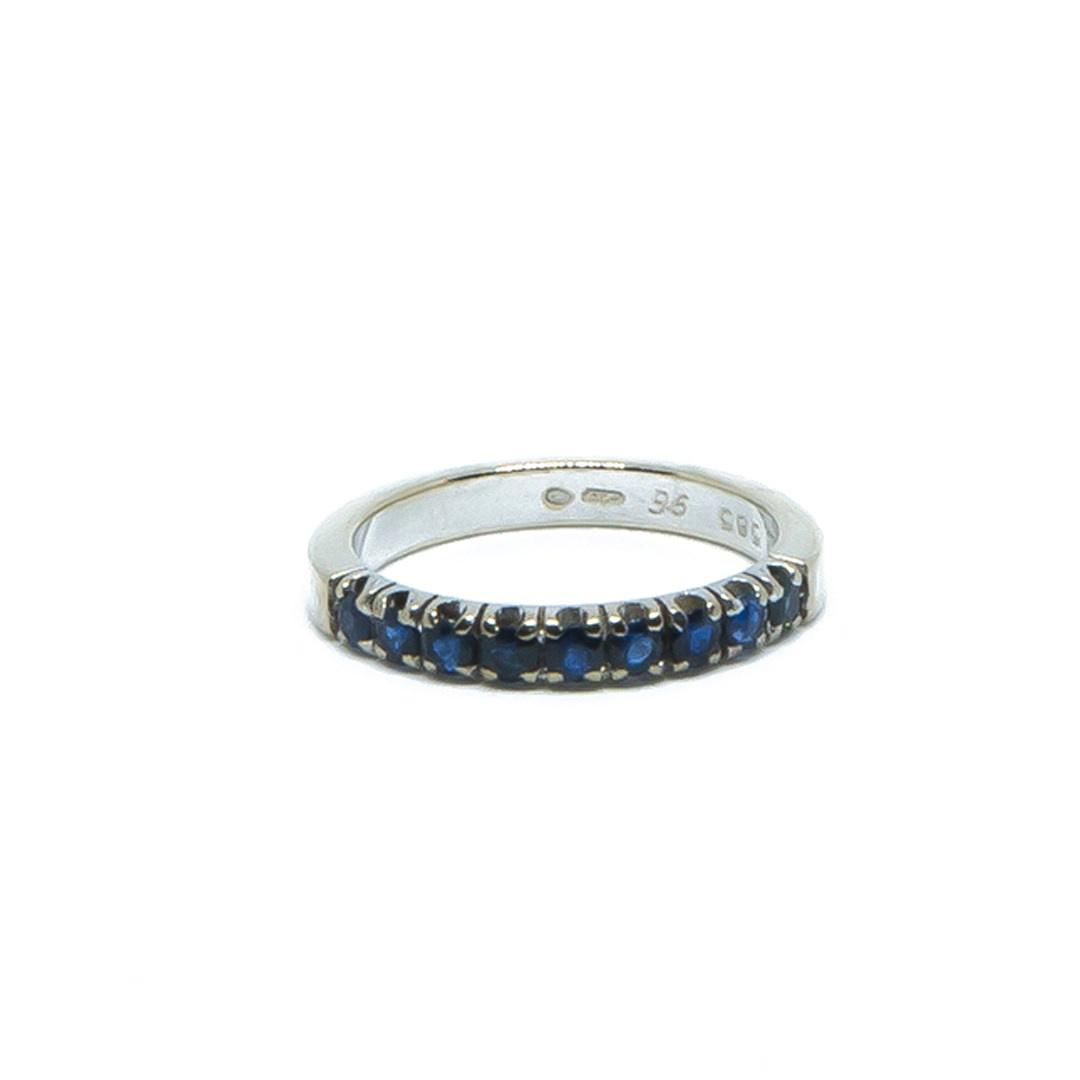 Ring witgoud met 9 donkerblauwe steentjes-1