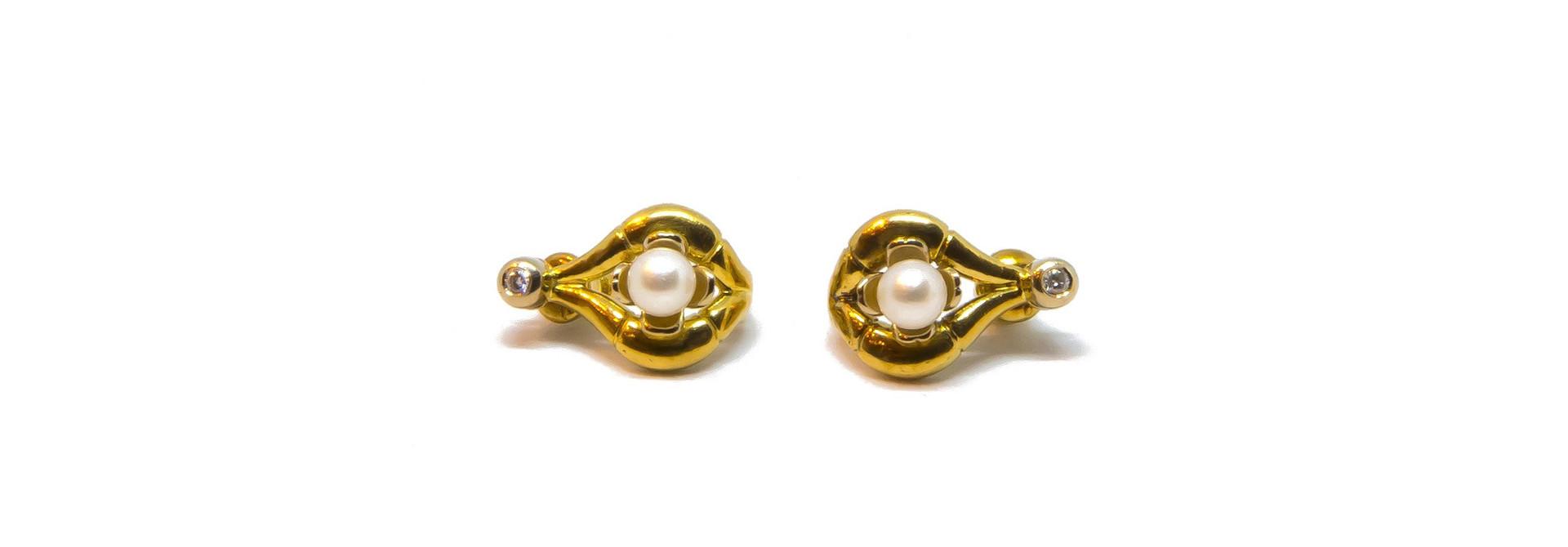 Oorbellen boogjes met parel en diamant