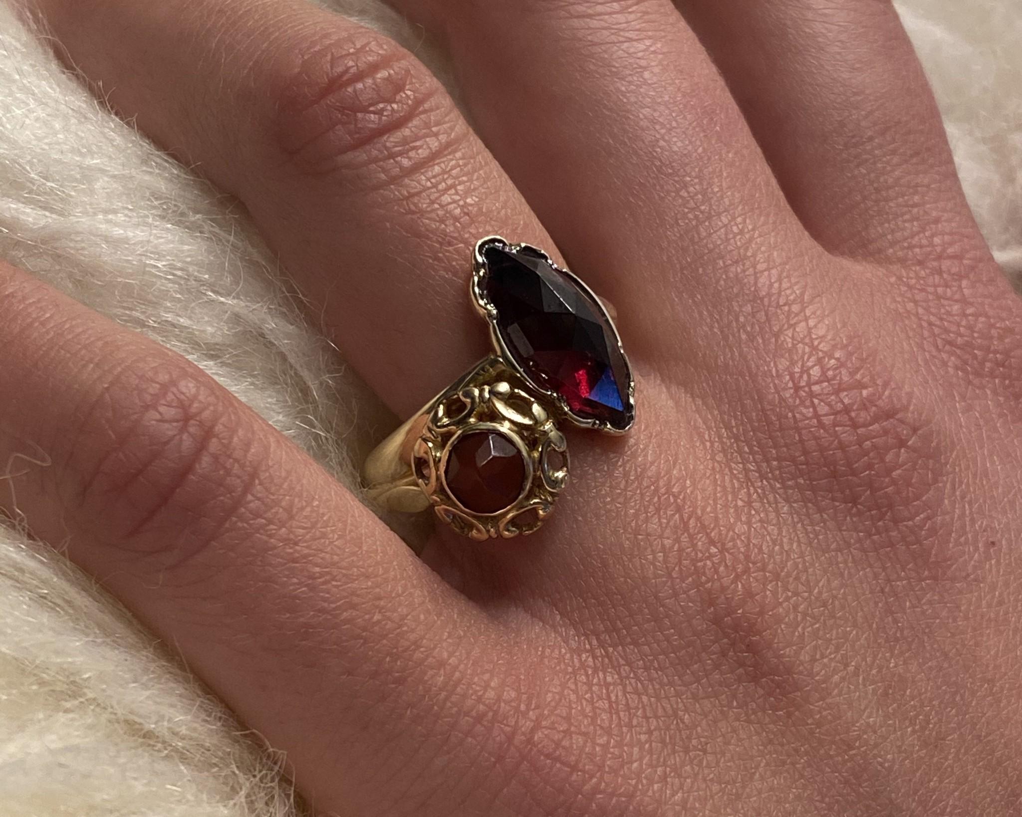 Ring samengesteld van 2 exemplaren met 2 donkerrode stenen-2