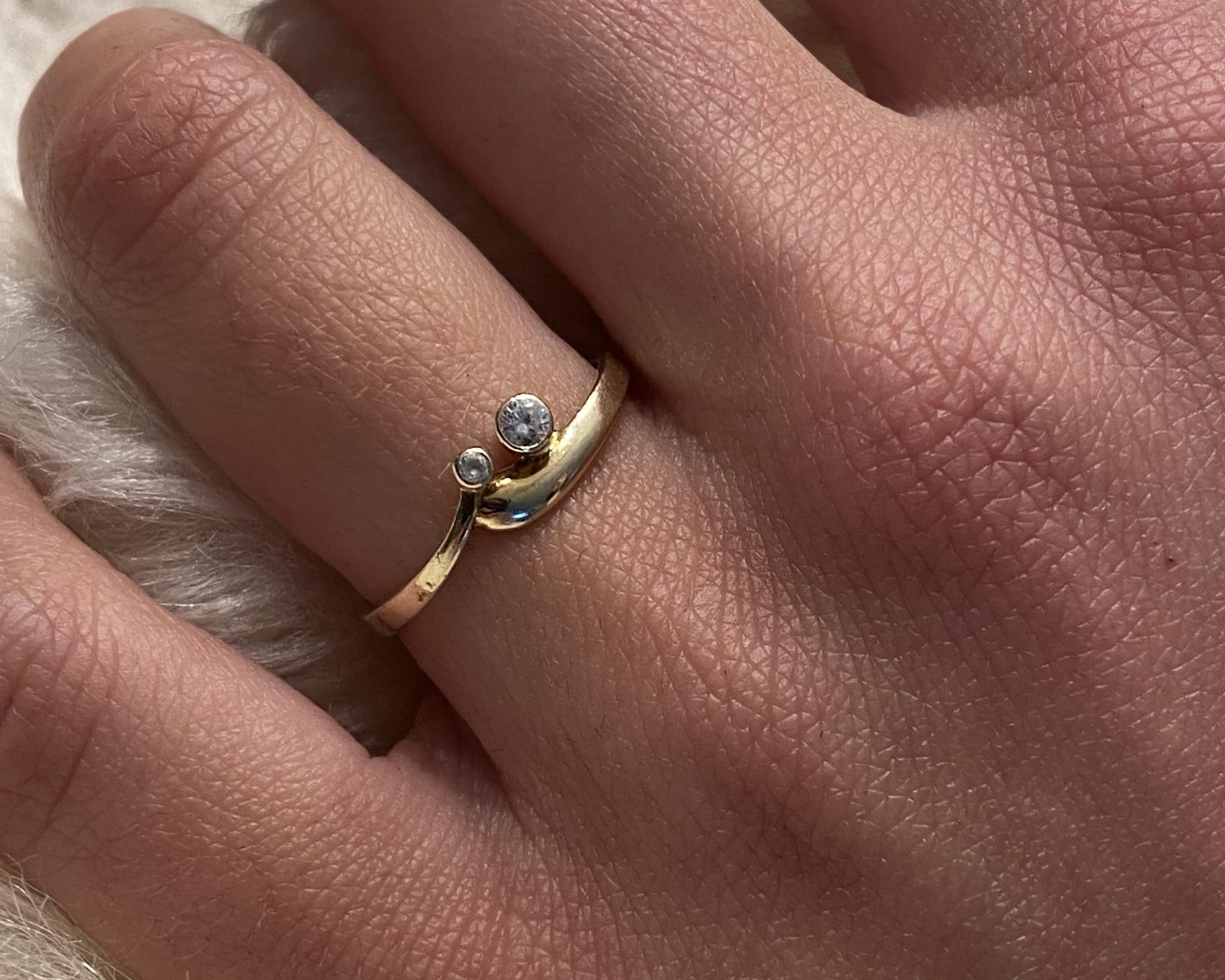 Ring met puntje en twee zirkonia's-2