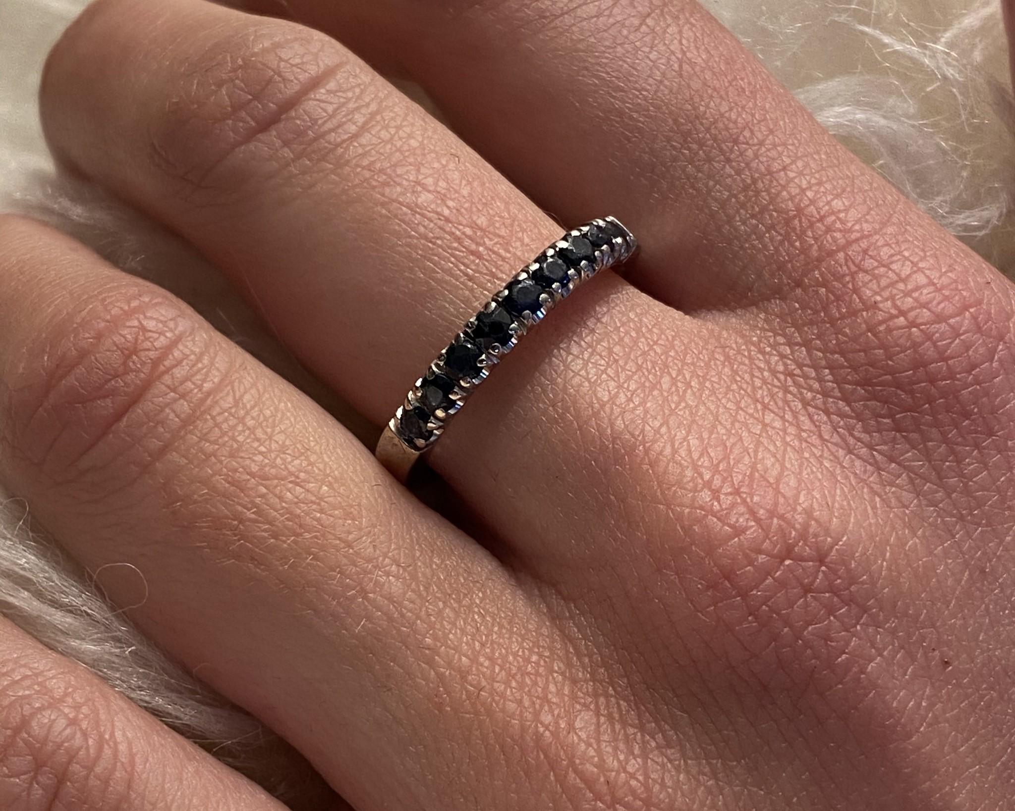 Ring witgoud met 9 donkerblauwe steentjes-2