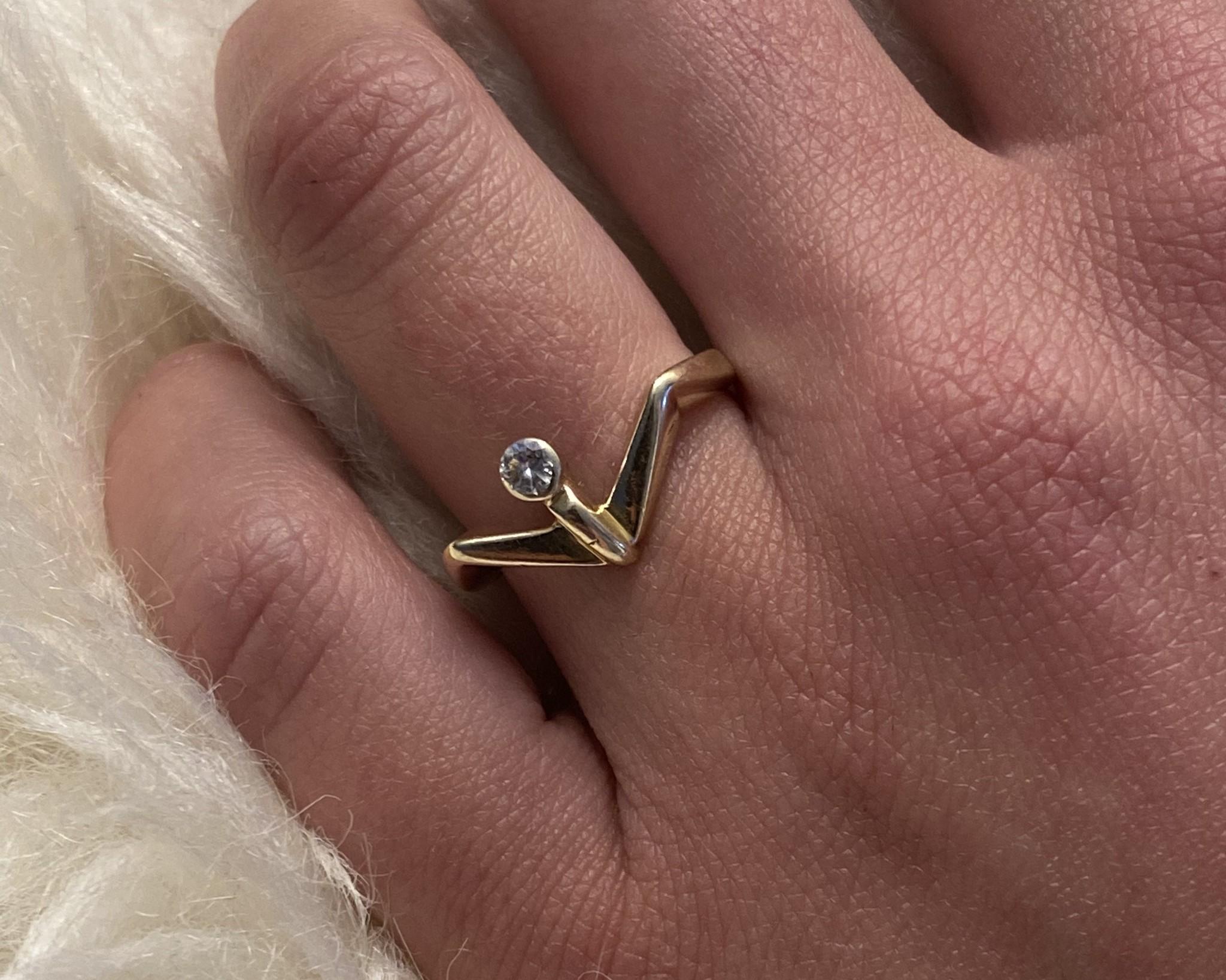 Ring met v-vorm en diamant-2
