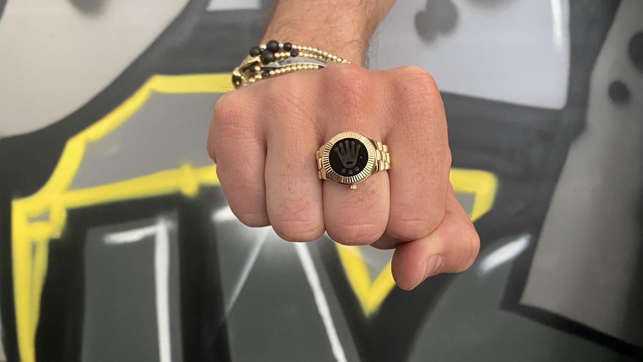 Ring horloge met kroon op zwarte achtergrond met flexibele zijkanten-2
