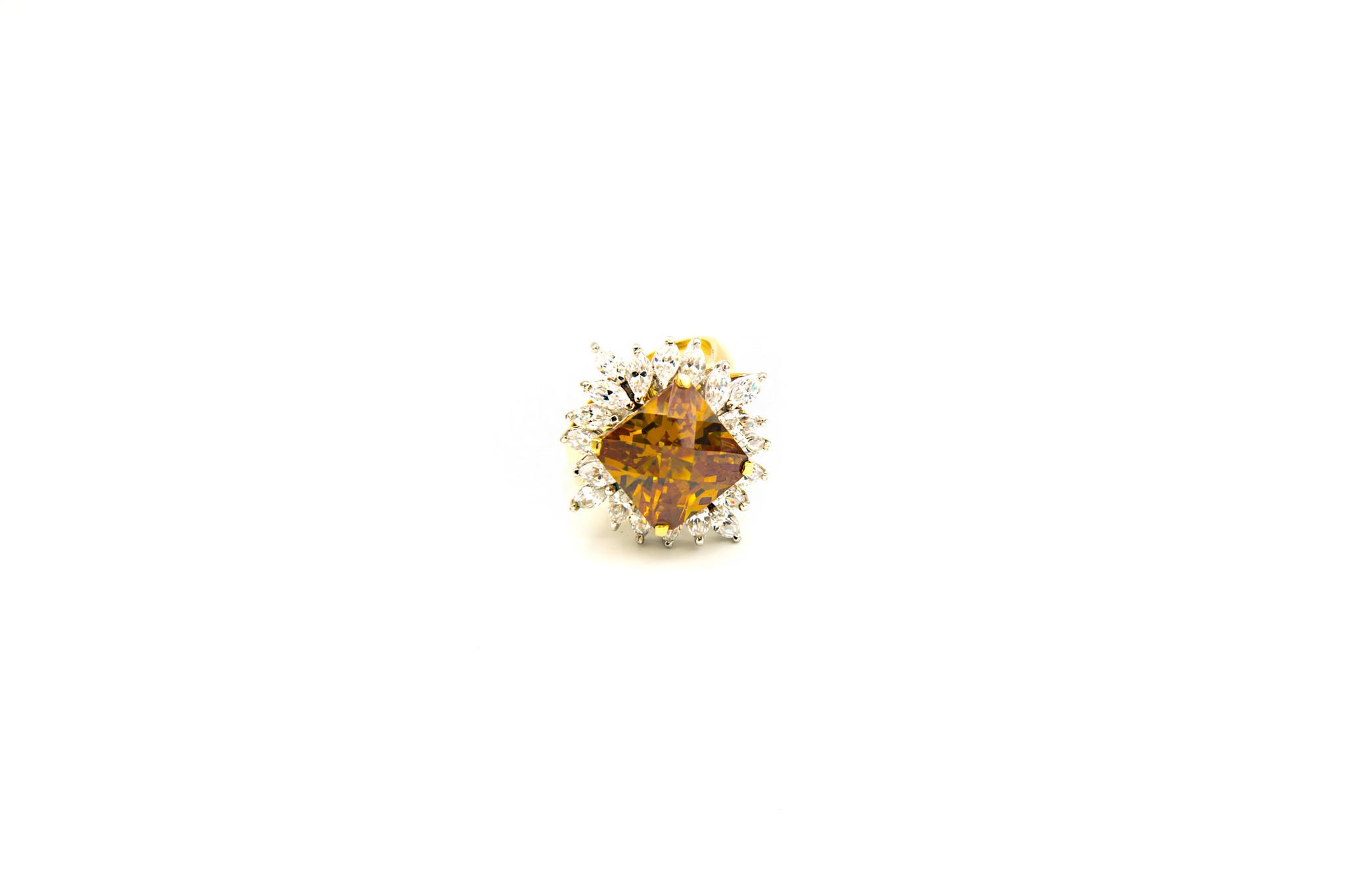 Ring met grote gele zirkonia en witte zirkonia's rondom-1