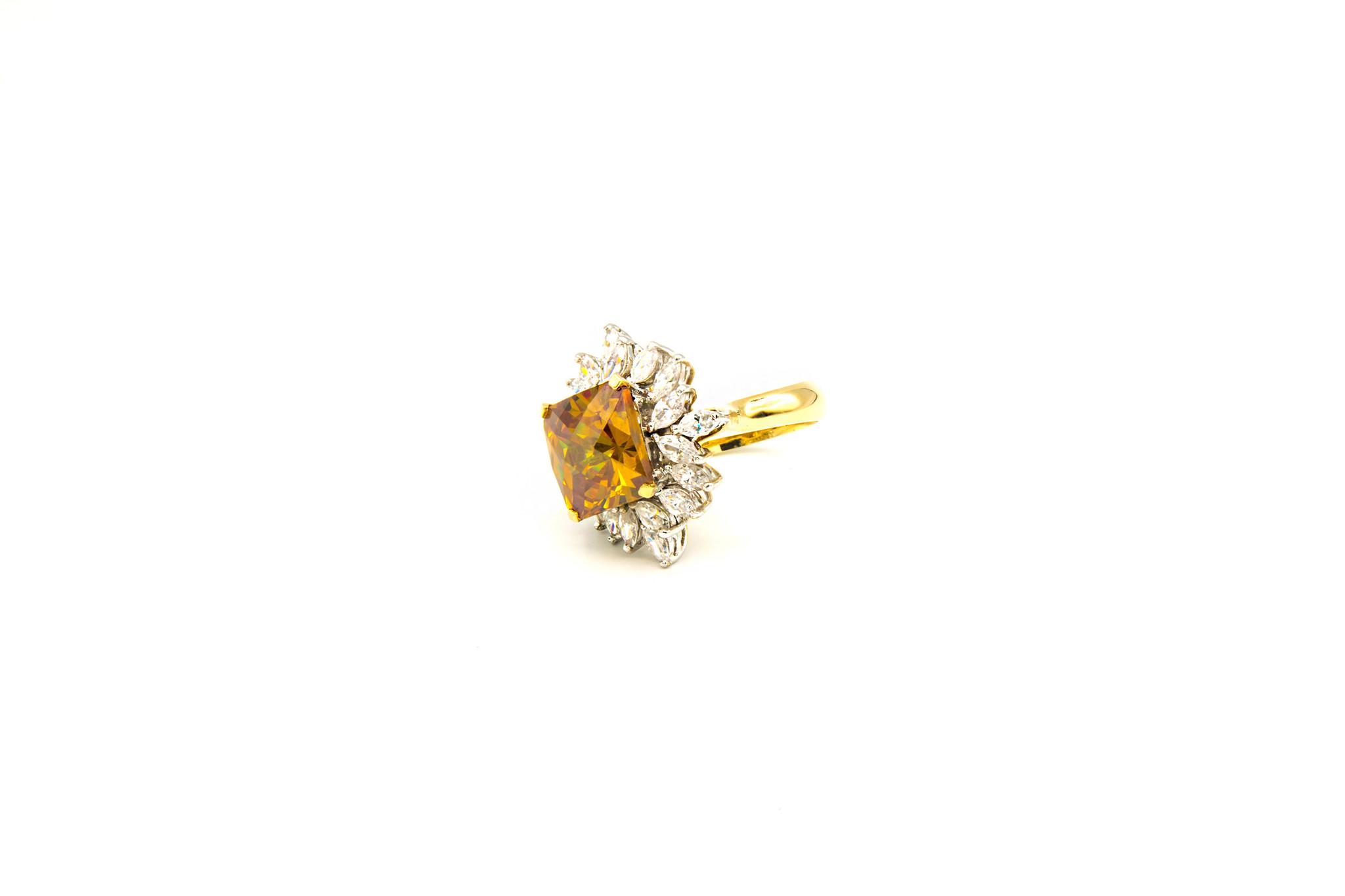 Ring met grote gele zirkonia en witte zirkonia's rondom-2