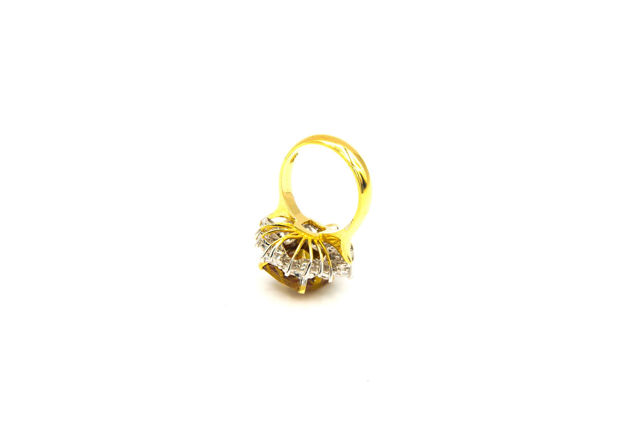 Ring met grote gele zirkonia en witte zirkonia's rondom-5