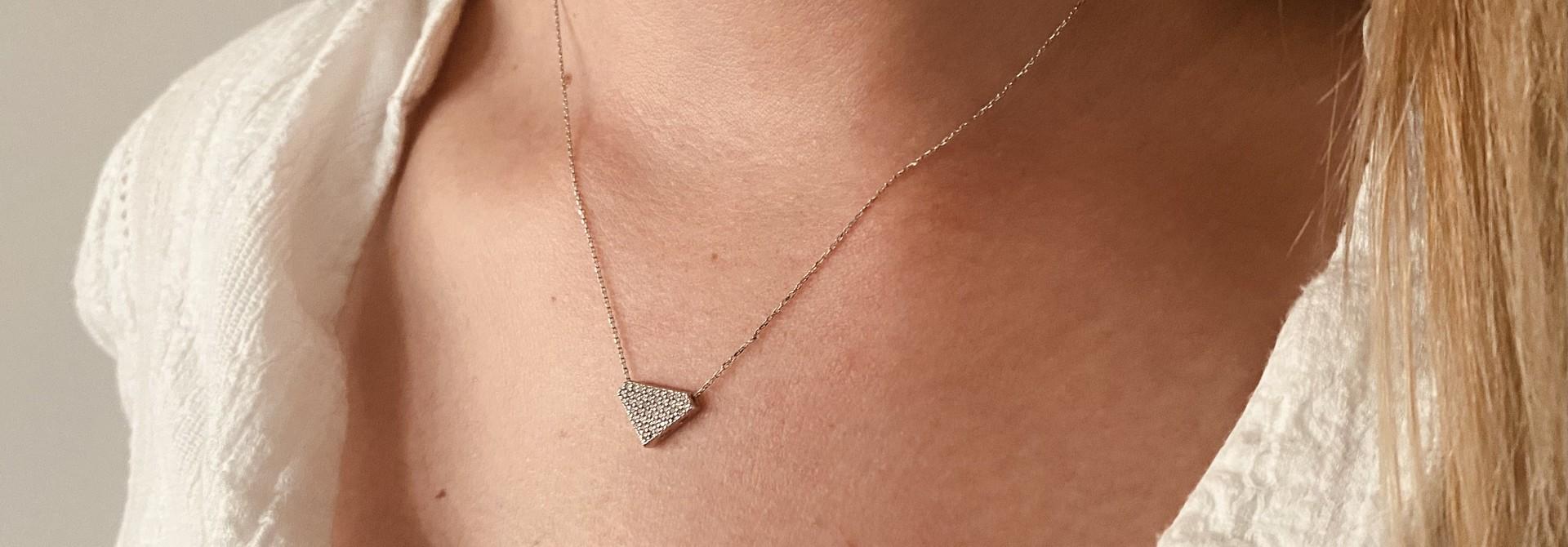 Ketting met vaste hanger diamantvorm witgoud