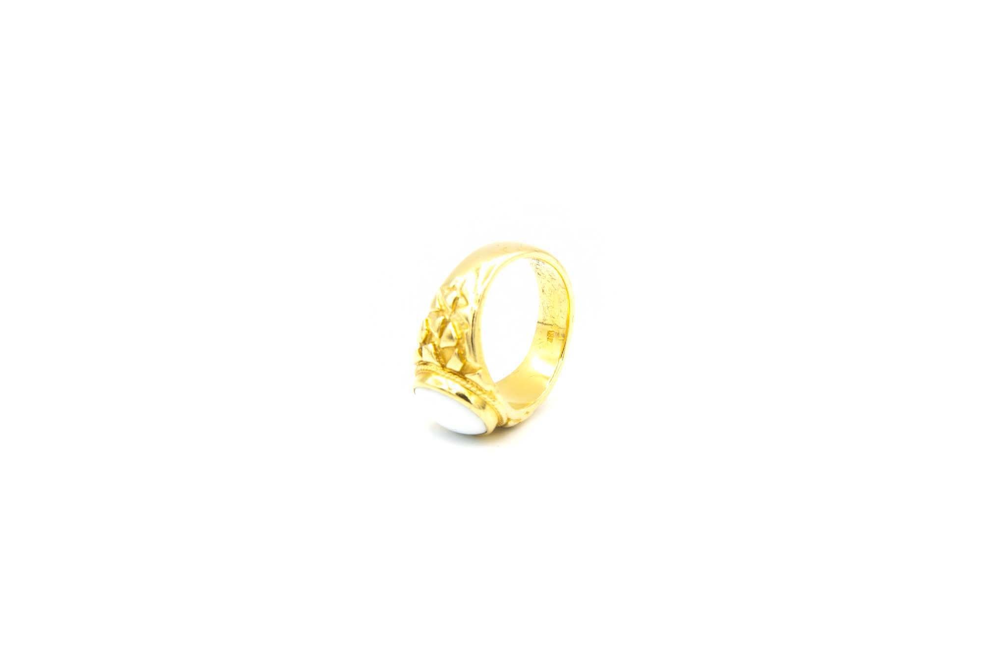 Ring met bewerkte zijkanten met ovale witte steen-2