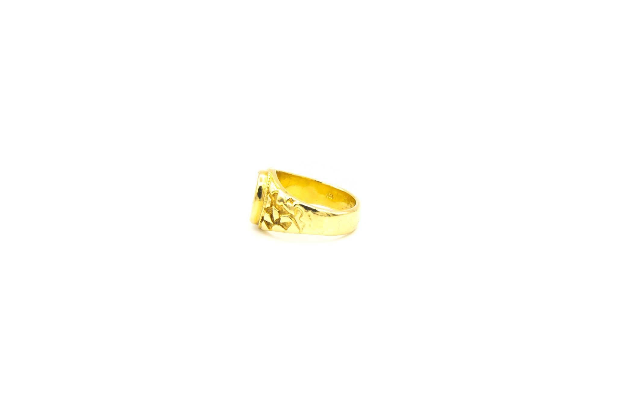 Ring met bewerkte zijkanten met ovale witte steen-4