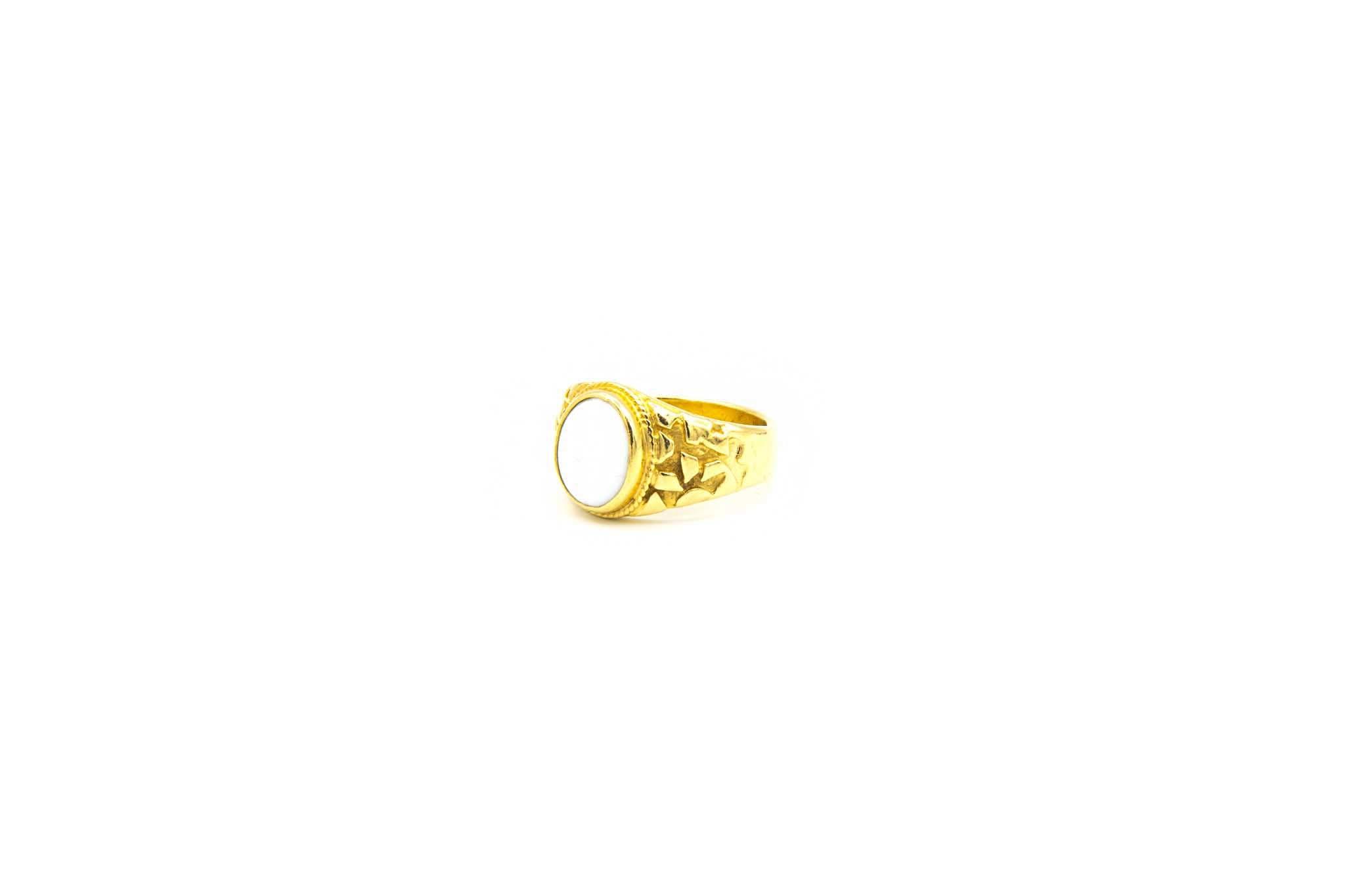 Ring met bewerkte zijkanten met ovale witte steen-5