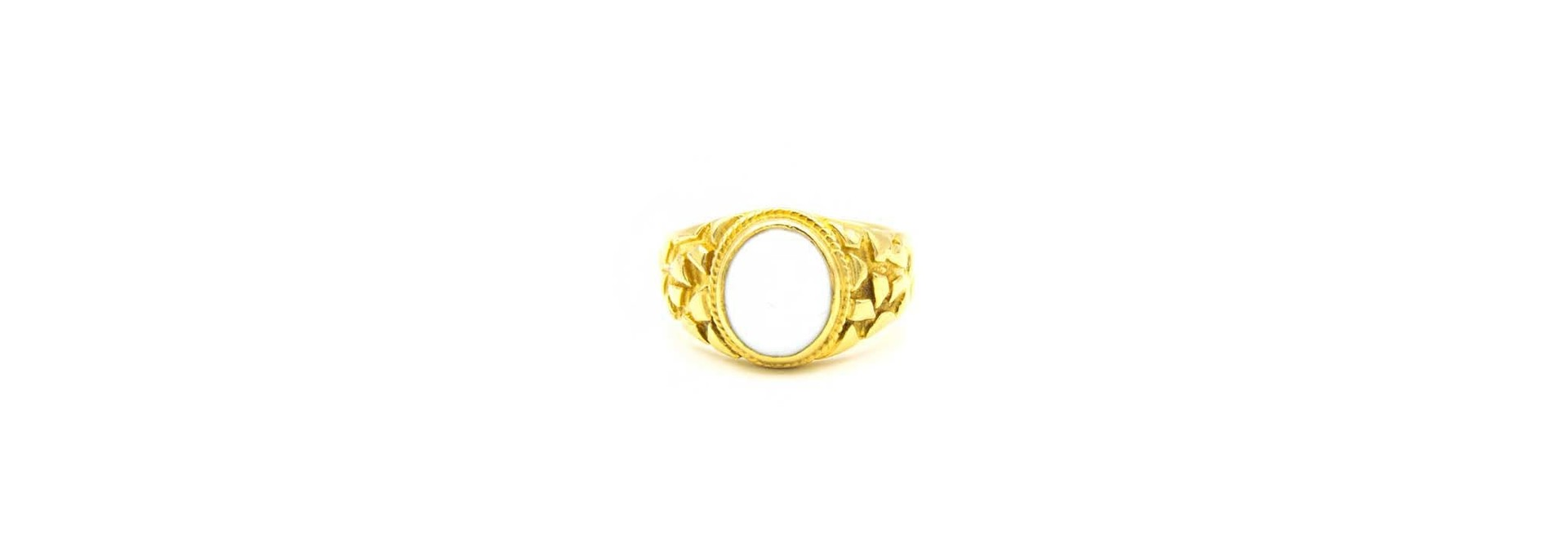 Ring met bewerkte zijkanten met ovale witte steen