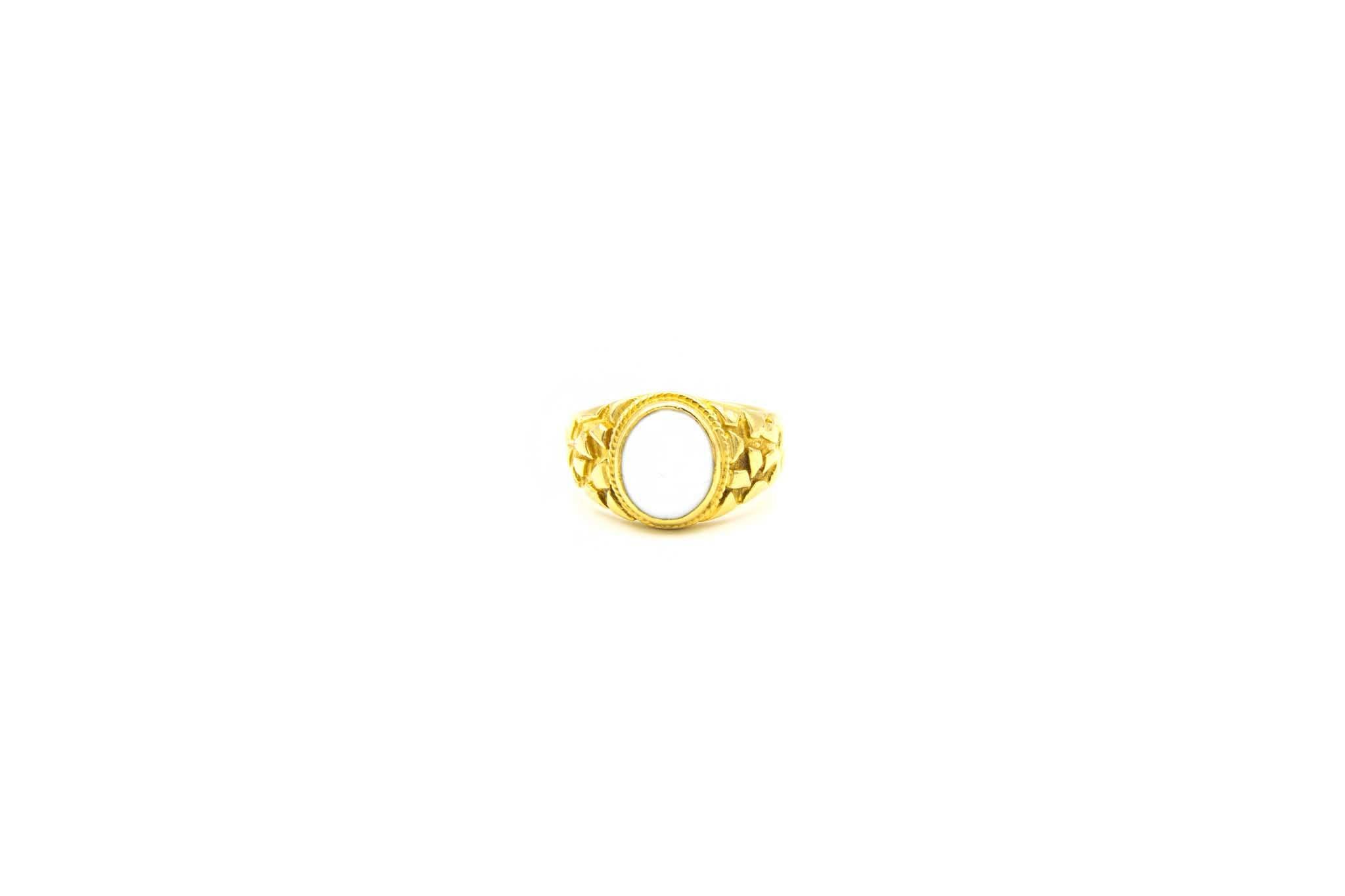Ring met bewerkte zijkanten met ovale witte steen-1
