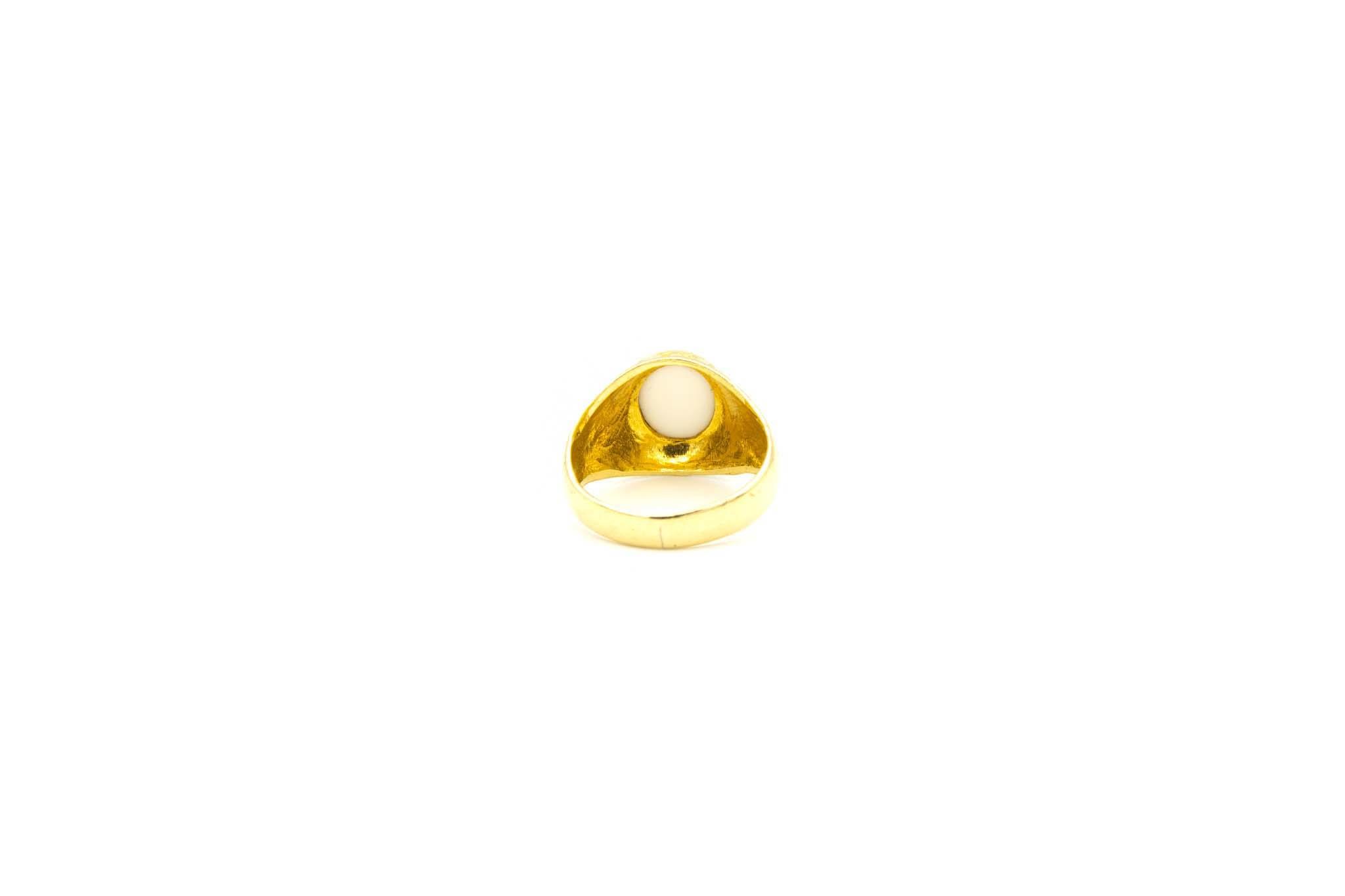 Ring met bewerkte zijkanten en ovale witte steen-4