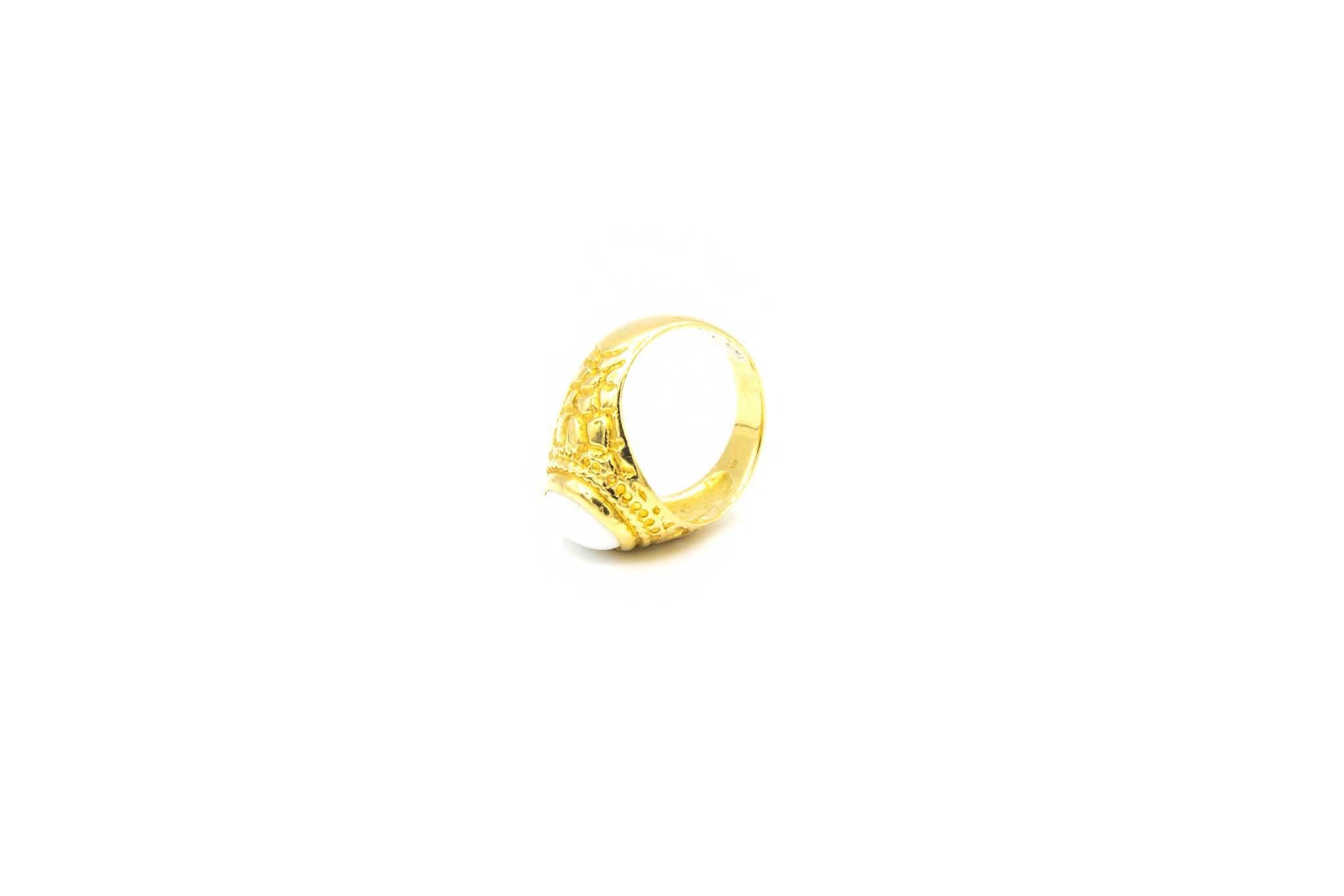 Ring met bewerkte zijkanten en ovale witte steen-3