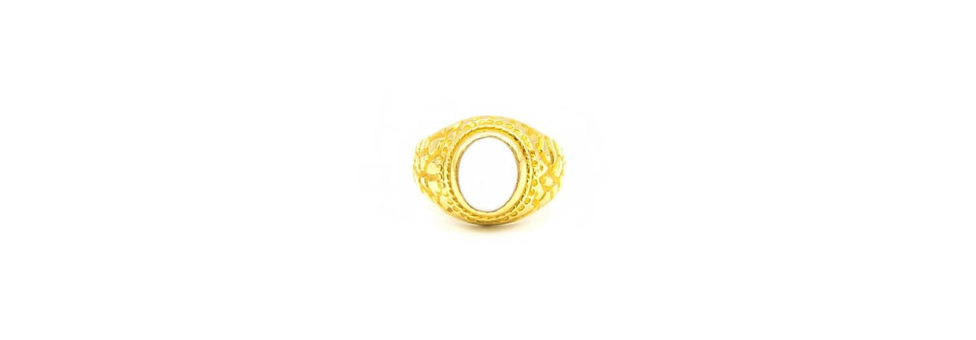 Ring met bewerkte zijkanten en ovale witte steen