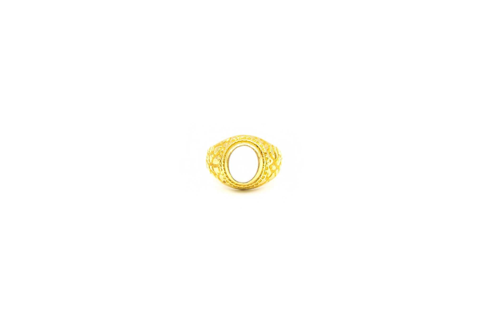 Ring met bewerkte zijkanten en ovale witte steen-1