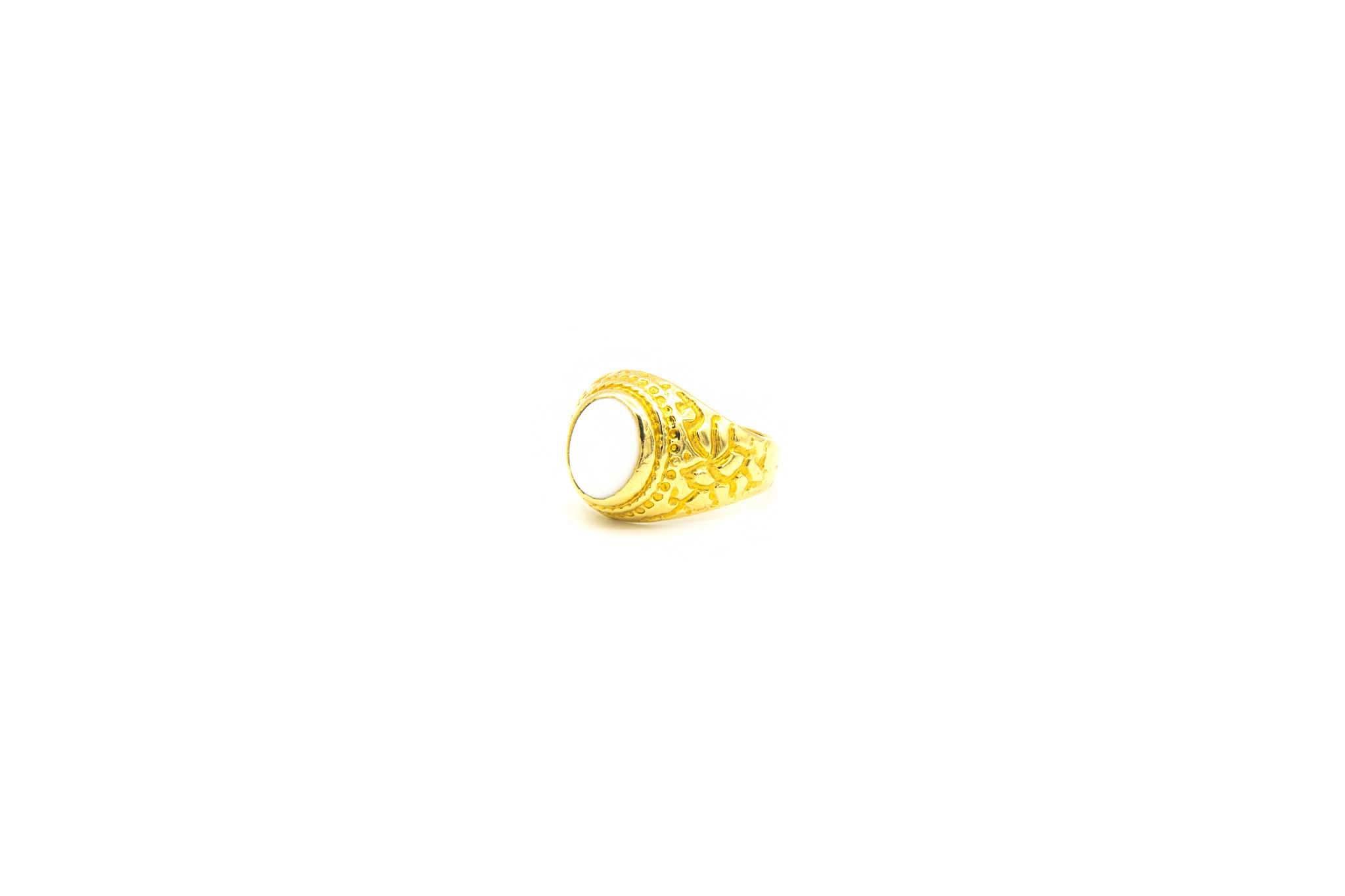 Ring met bewerkte zijkanten en ovale witte steen-2