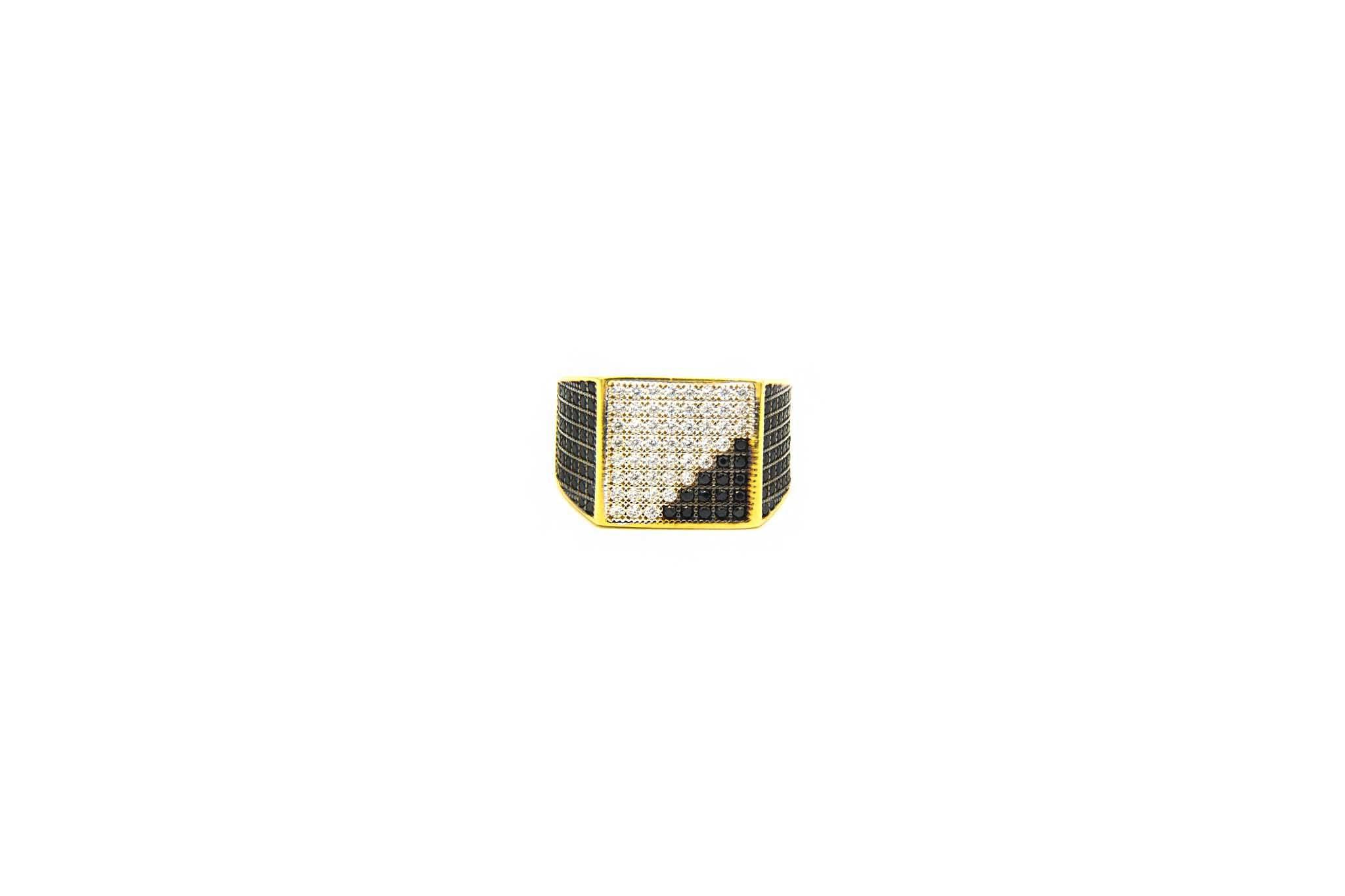 Ring met zegel ingelegd met diagonaal witte en zwarte zirkonia's-1
